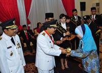 Ustd. Siti Fauziah, S.Pd. menerima penghargaan dari Bapak Gubernur Jatim