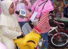 Hari_Pers-_Belajar_jadi_Wartawan,_Siswa_TK_Wawancarai_temannya_saat_Berkendara_sepeda_motor