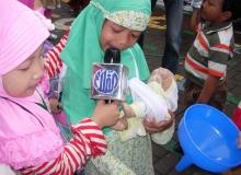 Hari_Pers-_Belajar_jadi_Wartawan,_Siswa_TK_Wawancarai_temannya_saat_antre_Minyak_Tanah_bersama_bayinya