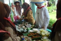 Di_Hari_Pahlawan,_Siswa_SMP_menjual_jajanan_pasar_dalam_upaya_pembelajaran_entrepreneurship_dan_mengingatkan_makanan_tempo_dulu
