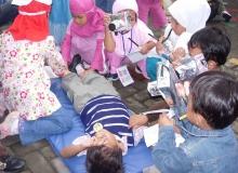 Hari_Pers-_Belajar_jadi_Wartawan,_Siswa_TK_sedang_meliput_orang_kecelakaan-2