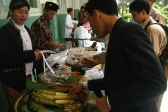 Di_Hari_Pahlawan,_Siswa_SMP_menjual_jajan_pasar_dalam_upaya_pembelajaran_entrepreneurship_dan_mengingatkan_makanan_tempo_dulu